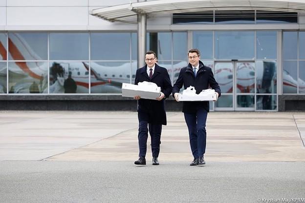 Mateusz Morawiecki i Piotr Müller na płycie lotniska