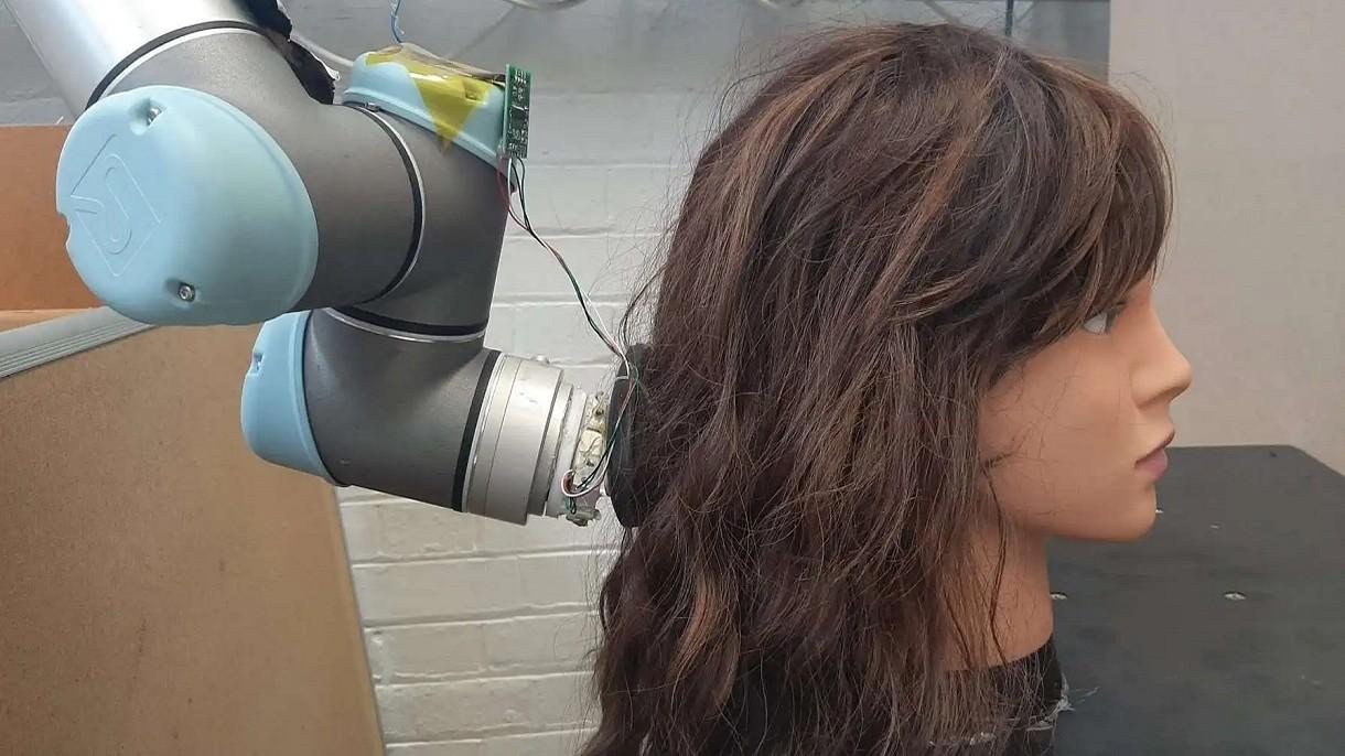 Roboty zastąpią fryzjerów? Ten wynalazek z MIT potrafi już rozczesywać włosy [WIDEO]
