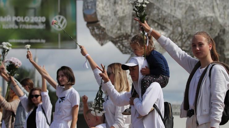 Dalsze protesty na Białorusi. Robotnicy i kobiety z kwiatami na ulicach