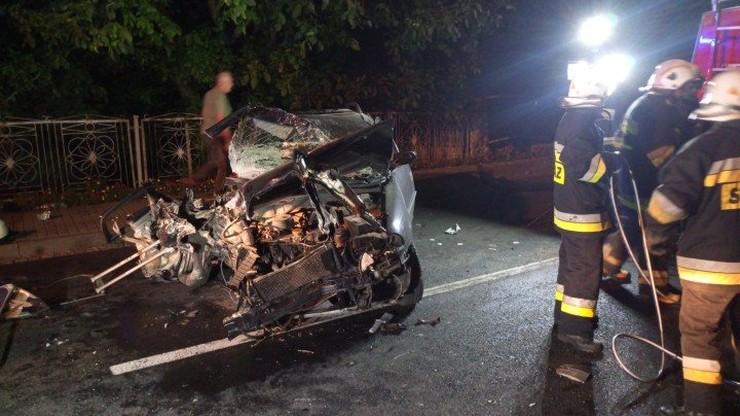 Opel rozbił się na ogrodzeniu we wsi Kowale. Jedna osoba zginęła