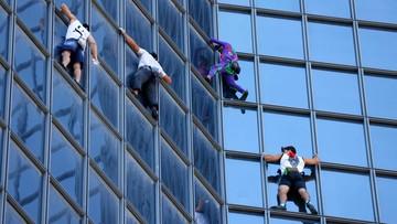 """Polak wspiął się ze """"Spider-Manem"""" na wieżowiec w Paryżu"""