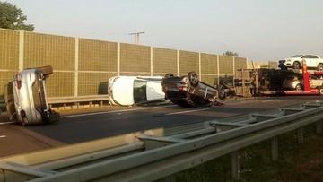 Zderzenie dwóch samochodów ciężarowych na S7. Z naczepy wypadły na jezdnię auta osobowe