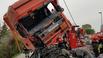 Groźny wypadek w Krakowie. Cysterna uderzyła w auta i przebiła betonowe bariery. Przewrócony ciągnik