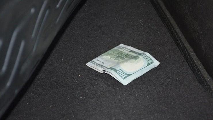 Chciał dać 100 dolarów łapówki pogranicznikowi. Stracił wizę i 1900 zł