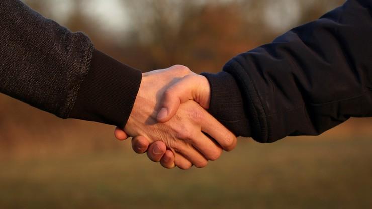 Powrót do podawania ręki? Naukowcy o pozytywnych skutkach kontaktów fizycznych