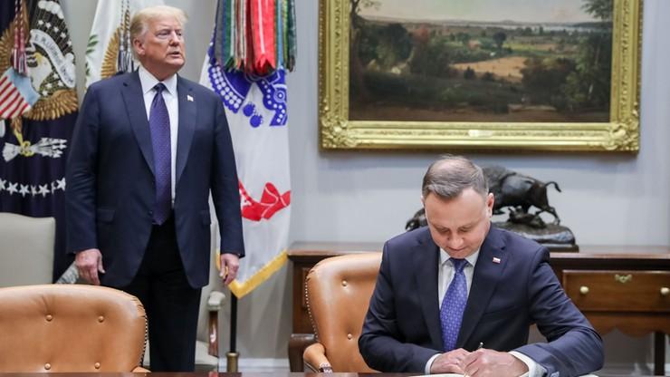 Trump stoi obok siedzącego prezydenta Polski. Odwrotna sytuacja wzbudziła kiedyś kontrowersje