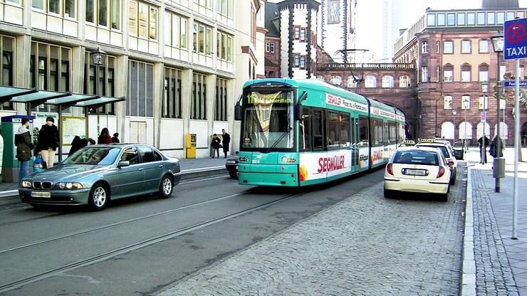 Zaparkował na torach tramwajowych. Przewoźnik zamówił pasażerom taksówki, kosztami obciążył kierowcę