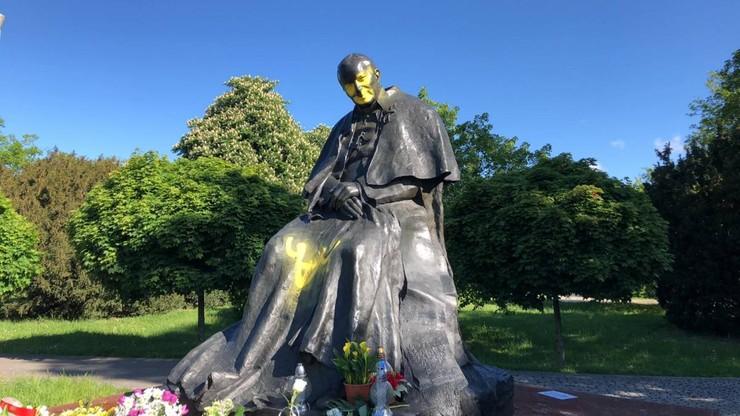 Zdewastowany pomnik Jana Pawła II w Toruniu