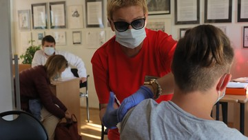 Zmarło 400 medyków; będzie trzecia dawka szczepionki. Raport Dnia