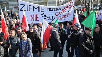 """Ludowcy wyszli na ulice. Marsz """"w obronie polskiej ziemi"""""""