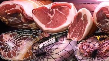 Mniej mięsa na talerzach. Drastyczny spadek, ale to i tak wciąż za dużo