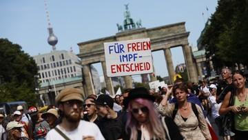 """Masowy protest w Berlinie przeciwko restrykcjom. """"Żądamy powrotu demokracji"""""""
