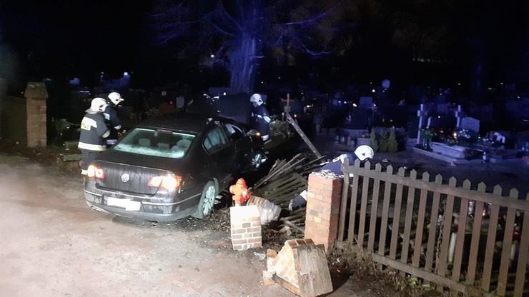Samochód staranował płot i wjechał na cmentarz