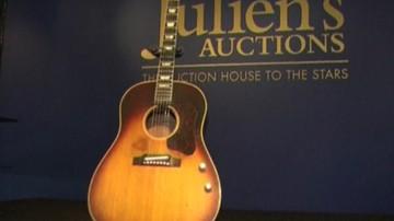 Prawie 2,5 mln dolarów za gitarę Lennona. To absolutny rekord
