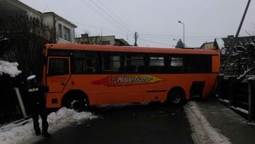 Wypadek szkolnego autobusu w Chojnicach. Pojazd zaklinował się między ogrodzeniami