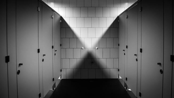 Ochroniarz nagrywał kobiety korzystające z toalety. Kamerę umieścił w koszu na śmieci