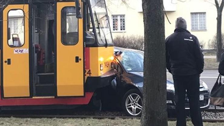 Warszawa: zderzenie tramwaju z autem osobowym. Utrudnienia w ruchu
