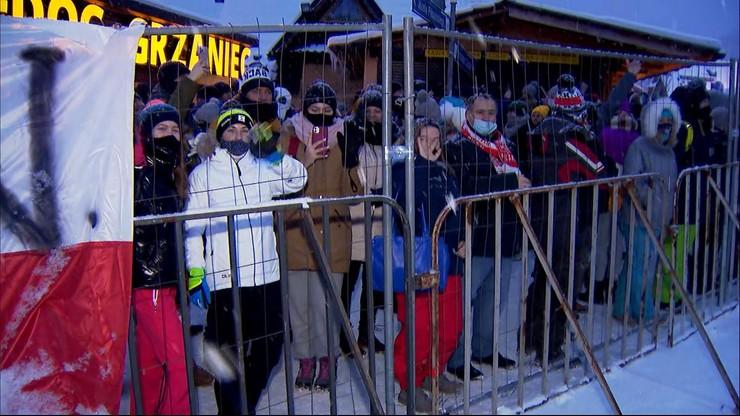 """Bójki uliczne i spontaniczne tańce. Policja mówi o """"potężnym najeździe"""" na Zakopane"""