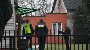 Zwłoki dwóch osób w domu w Dęblinie. Śledczy podejrzewają samobójstwo rozszerzone