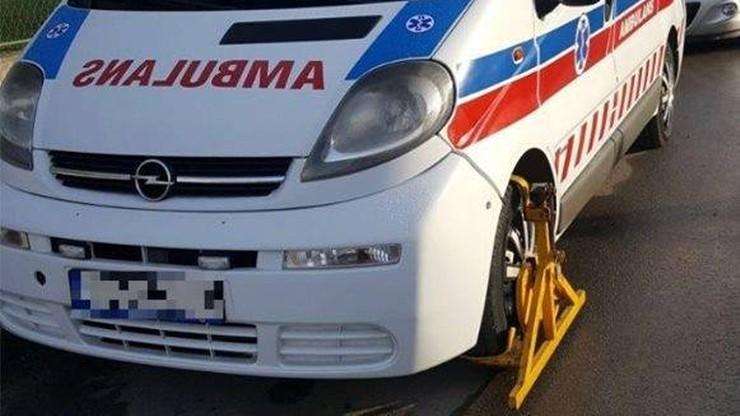 Straż miejska w akcji. Ambulans z blokadą na kołach. Internauci oburzeni. Wyjaśnienie zaskakuje