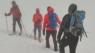 Bardzo trudne warunki w Beskidach. GOPR sprowadziło turystę, który zagubił się na Babiej Górze