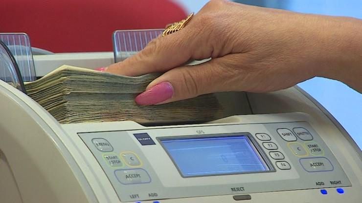 Polacy masowo wypłacają pieniądze z banków