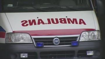 Czołowe zderzenie z ambulansem. Pięć osób rannych, w tym dziecko