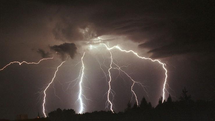 Ostrzeżenia przed burzami dla ośmiu województw. Możliwy grad i porywy wiatru do 75km/h