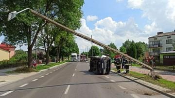 Samochód uderzył w słup i przewrócił się na bok. 68-latek w szpitalu