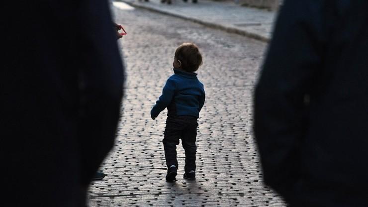 Przemoczony i wystraszony dwulatek błąkał się po ulicy. Rodzice byli pijani