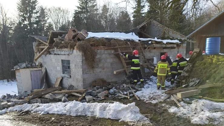 Pod ciężarem śniegu zawalił się dach obory. W środku były zwierzęta