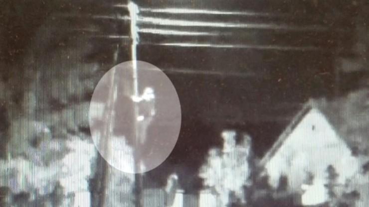 Wszedł na słup i zniszczył kamerę miejskiego monitoringu. Wpadł, bo nagrała go sąsiednia