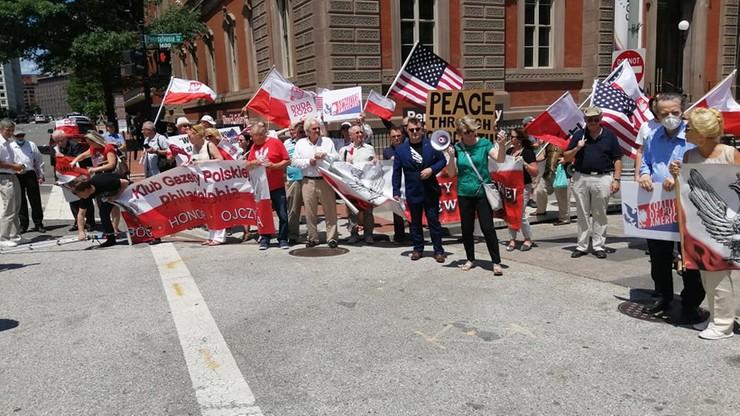 Tęczowe flagi i wiec poparcia podczas wizyty Dudy w USA. W tłumie znany polski bokser