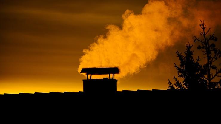 """""""Lokalny ekolog"""" pobity. Wstawił do sieci zdjęcie dymiącego komina lokalnego zakładu pracy"""