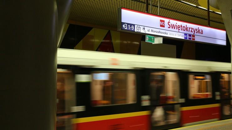 Warszawa. Akcja służb w metrze, grupa osób wbiegła do tunelu