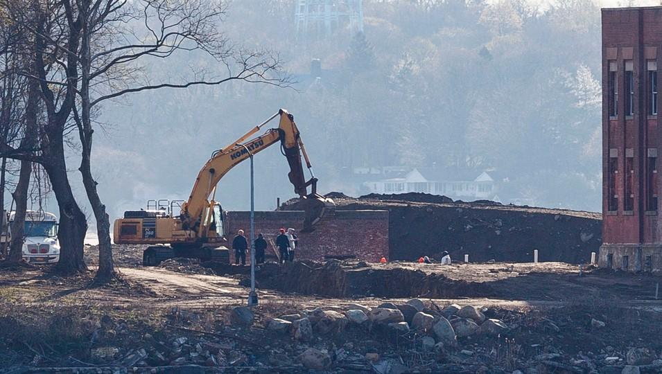 Prace przy budowie grobów tymczasowych na Heart Island