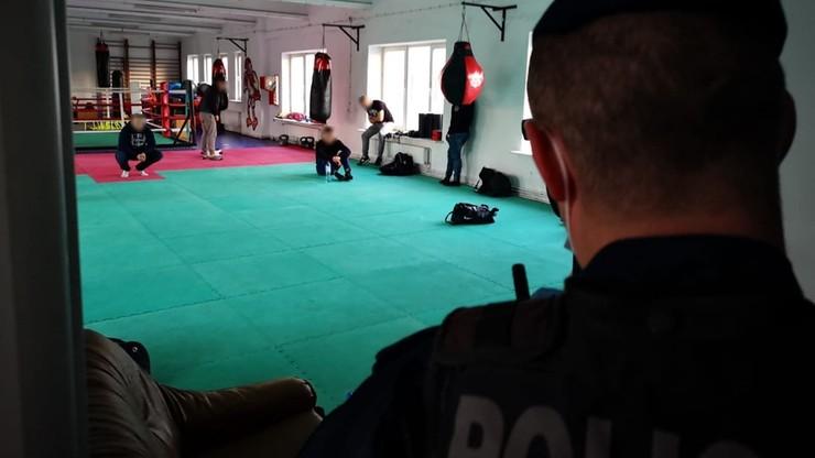 Trenowali sztuki walki - naruszyli zakaz zgromadzeń. Grożą im grzywny do 30 tys. zł