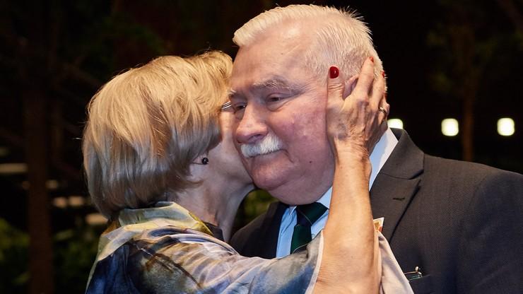 """""""Te 74 lata nie dają mi za dużo radości"""". Na urodzinowym przyjęciu Lecha Wałęsy bawiło się kilkaset osób"""