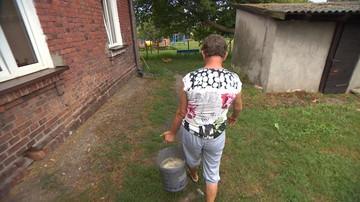"""Toalety na zewnątrz, a woda z hydrantu. Gminny blok w XXI wieku. """"Kopię dołek i wylewam zawartość"""""""