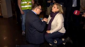 Szefowa związku zawodowego uklękła przed prezesem LOT i pocałowała go w rękę. Odpowiedział tym samym