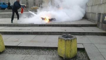 """Podpalił się przed Pałacem Kultury. """"Trzeba zmienić tę władzę"""" - napisał w ulotkach"""