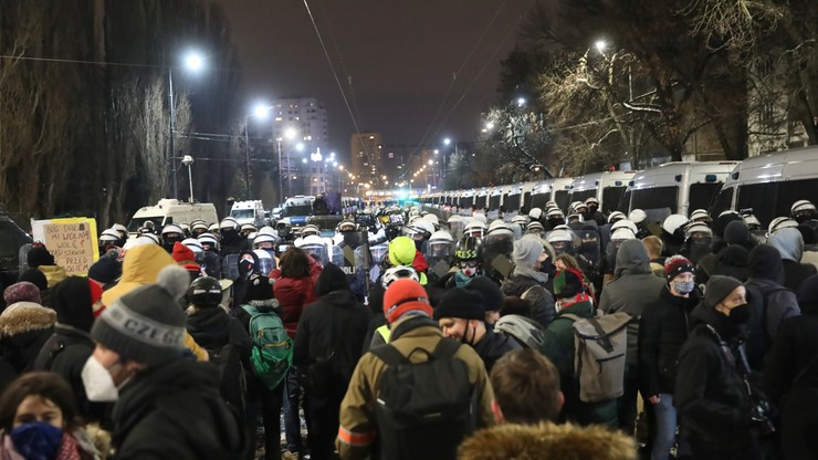 Dwóch policjantów w szpitalu, sześć osób zatrzymanych. Bilans protestów w Warszawie