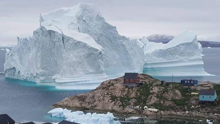 Gigantyczna góra lodowa u brzegu Grenlandii. Groźba tsunami. Ewakuowani wszyscy mieszkańcy [WIDEO]