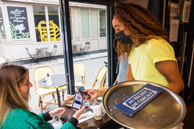Kontrola przepustki sanitarnej w jednej z paryskich kawiarni