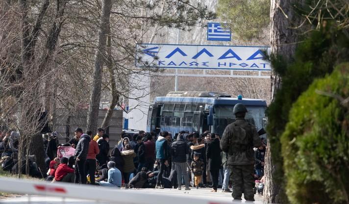 Uchodźcy czekają przy greckiej granicy w miejscowości Erdine