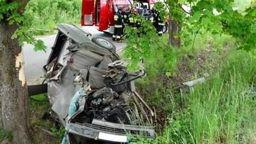 Śmiertelny wypadek na Pomorzu. Mercedes wbił się w drzewo