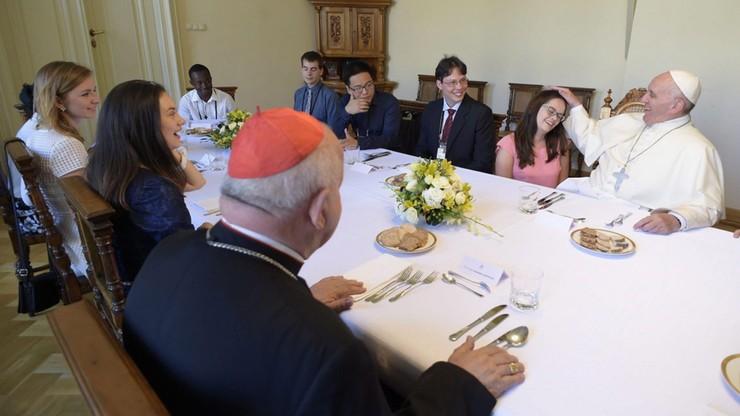 Pierogi z mięsem i sernik - menu papieskiego obiadu na spotkaniu z młodzieżą