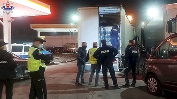 Nielegalny imigrant w naczepie ciężarówki. Wyszedł zza puszek z groszkiem