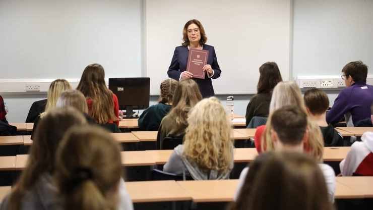 Małgorzata Kidawa-Błońska poprowadziła lekcję o konstytucji w polskiej szkole w Wielkiej Brytanii