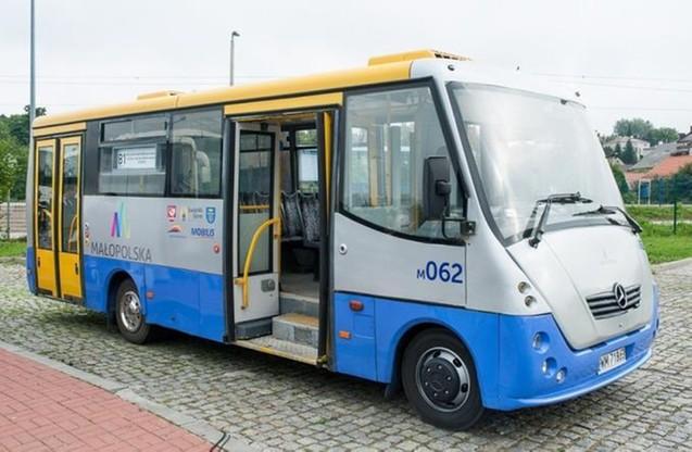 Jednym z nielicznych przewoźników, który na swoje pociągi dowozi autobusami, są Koleje Małopolskie